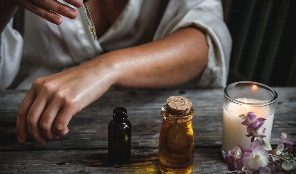 olej z korzenia łopianu z ziołami - jak działa?