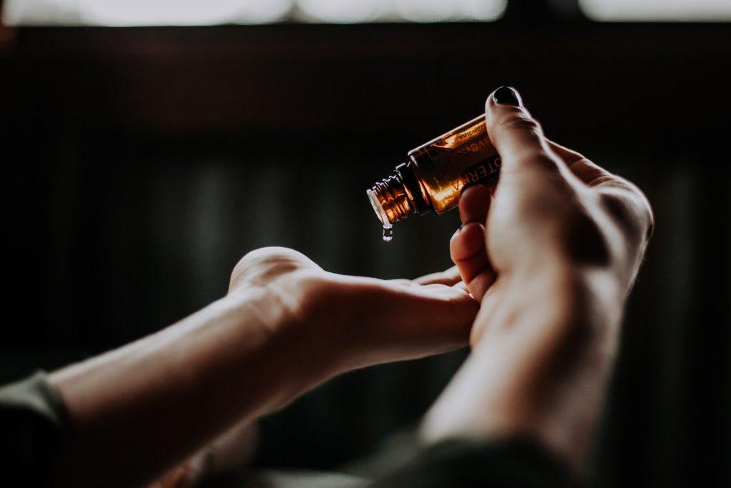 Jak wykorzystać olej z korzenia łopianu z ziołami w pielęgnacji?